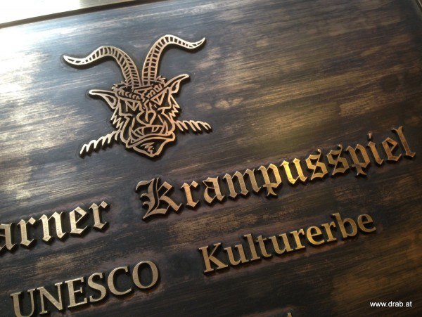 schild_unesco_krampusspiel_messing