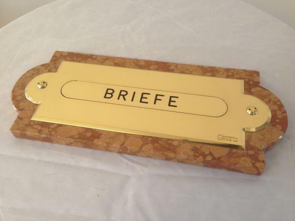 Briefeinwurfplatte aus Messing mit Marmorrahmen Vorderseite