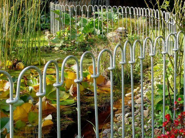 Steckzaun Vienna 100 Eisen feuerverzinkt als Absicherung für einen Teich